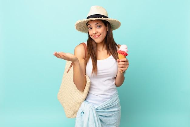 Giovane donna ispanica sentirsi perplessa e confusa, dubitando e tenendo in mano un gelato. concetto estivo