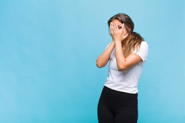 Giovane donna ispanica che si sente spaventata o imbarazzata