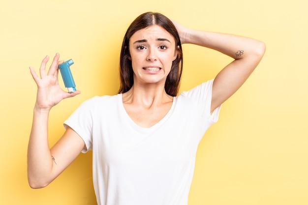 Giovane donna ispanica che si sente stressata, ansiosa o spaventata, con le mani sulla testa. concetto di asma
