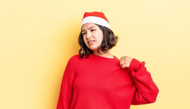 Giovane donna ispanica che si sente stressata, ansiosa, stanca e frustrata. concetto di natale