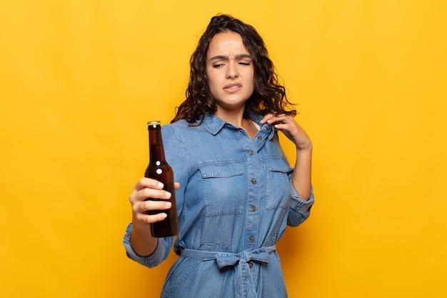 Giovane donna ispanica che si sente stressata, ansiosa, stanca e frustrata, tira il collo della camicia, sembra frustrata dal problema