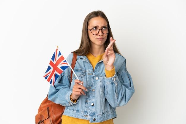 Giovane donna ispanica che tiene una bandiera del regno unito isolata