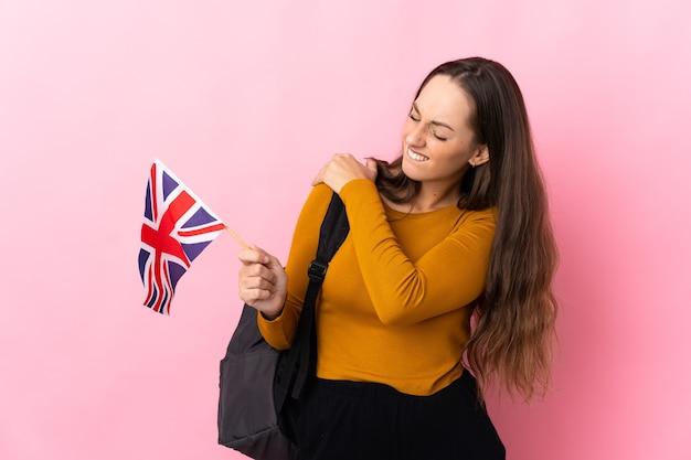 Giovane donna ispanica in possesso di una bandiera del regno unito che soffre di dolore alla spalla per aver fatto uno sforzo