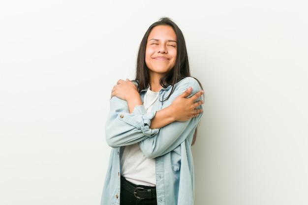 Abbracci ispanici della giovane donna, sorridenti spensierati e felici.