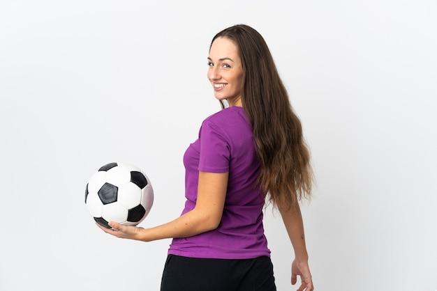 Giovane donna ispanica su sfondo bianco isolato con pallone da calcio