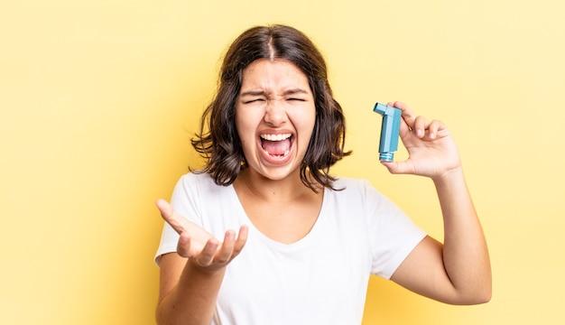 Giovane donna ispanica che sembra arrabbiata, infastidita e frustrata. concetto di asma
