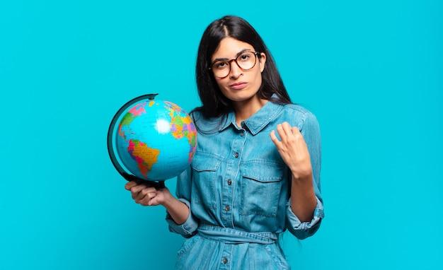 Giovane donna ispanica che sembra arrogante, di successo, positiva e orgogliosa, indicando se stessa. concetto di pianeta terra