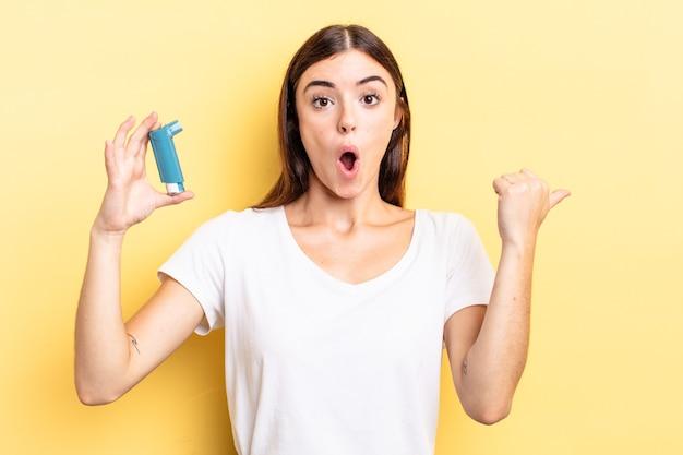 Giovane donna ispanica che sembra stupita per l'incredulità. concetto di asma