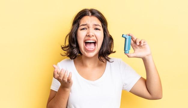 Giovane donna ispanica che sembra disperata, frustrata e stressata. concetto di asma