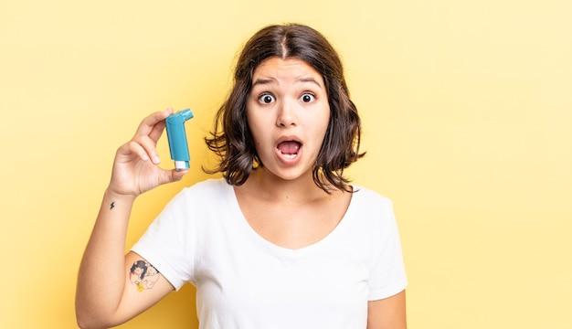 Giovane donna ispanica che sembra molto scioccata o sorpresa. concetto di asma