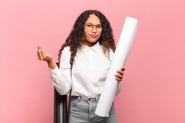 Giovane donna ispanica che fa capice o gesto di denaro, dicendoti di pagare i tuoi debiti !. concetto di architetto