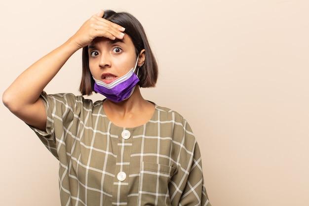 Giovane donna ispanica in preda al panico per una scadenza dimenticata, sentendosi stressata, dovendo coprire un pasticcio o un errore