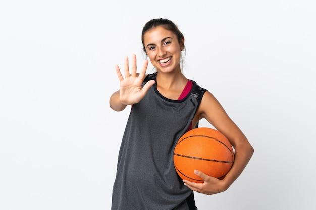 Giovane donna ispanica che gioca a basket isolato contando cinque con le dita