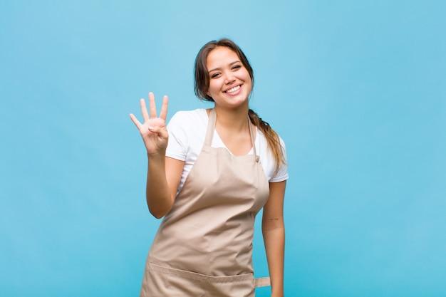 Giovane donna ispanica sorridente e dall'aspetto amichevole, mostrando il numero quattro