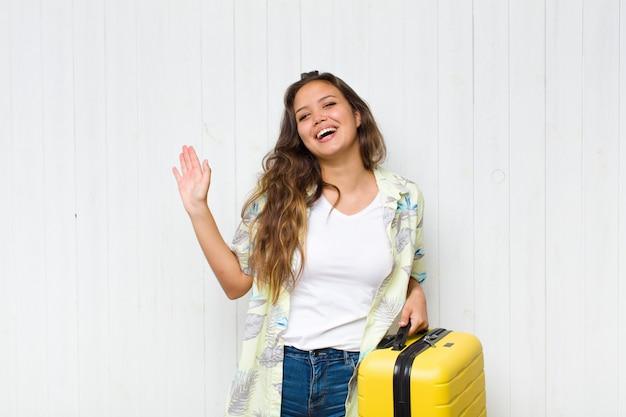 Giovane donna ispanica sorridente e dall'aspetto amichevole, mostrando il numero uno o il primo con la mano in avanti, il conto alla rovescia