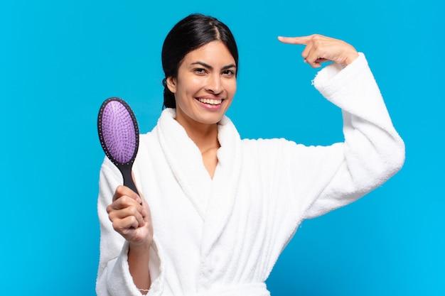 Giovane donna ispanica con una spazzola per capelli.