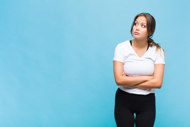 Giovane donna ispanica con un preoccupato, confuso