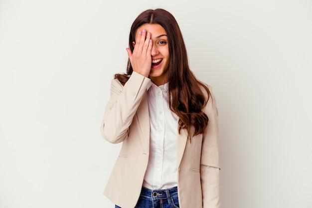 Giovane donna d'affari indiano isolato su bianco divertendosi che copre metà del viso con il palmo.