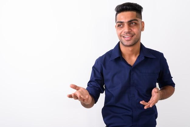 Giovane uomo d'affari indiano su bianco