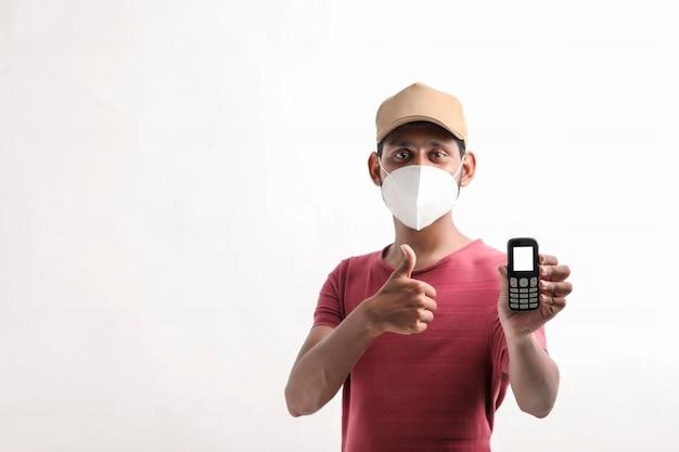 Giovane fattorino indiano che per mezzo del telefono cellulare