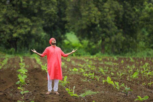 Giovane agricoltore indiano al campo di banane