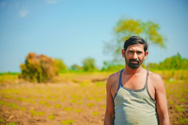 Giovane agricoltore indiano al giacimento della banana