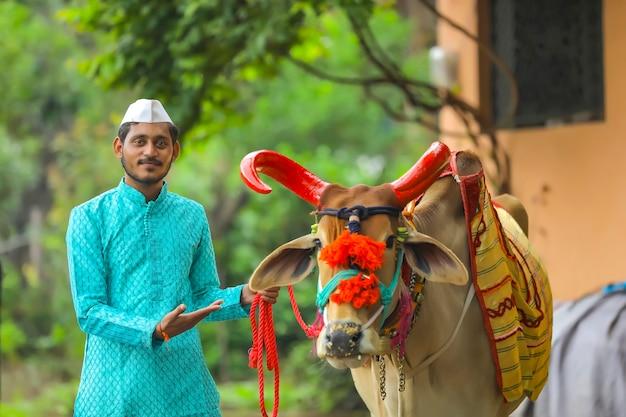 Giovane agricoltore indiano che celebra il festival di pola