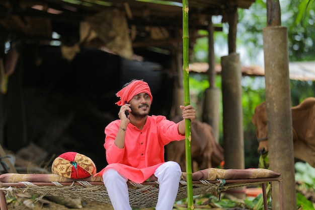 Giovane contadino indiano in costume tradizionale