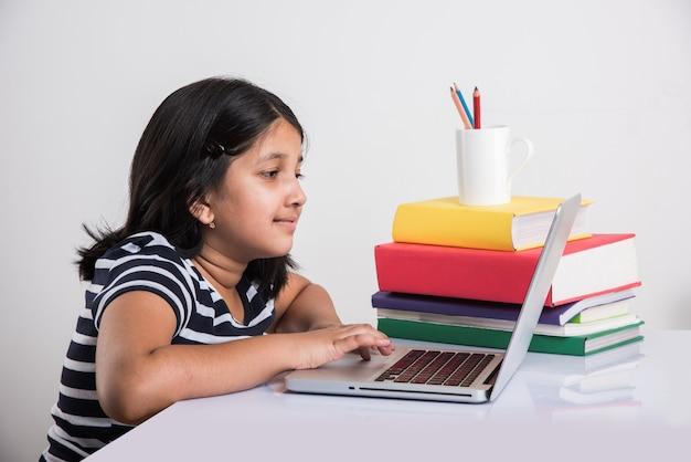 Una giovane ragazza indiana sta frequentando una scuola o un corso online. studia in isolamento perché le scuole sono chiuse a causa del covid-19. ruolo della tecnologia durante il blocco nazionale. imparare a casa concetto in india