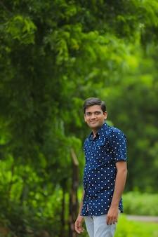 Giovane uomo indiano in una camicia blu in natura