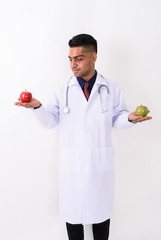 Giovane medico indiano dell'uomo su bianco