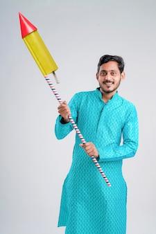 Giovane uomo indiano che gode del festival di diwali