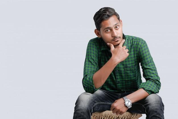 Multi espressione del giovane uomo indiano