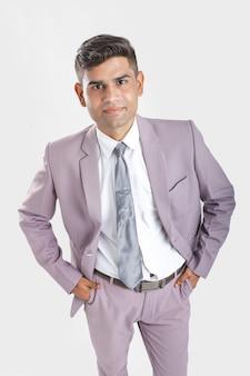 Giovane uomo indiano in tuta e mostrando diversa espressione