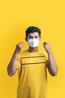 Giovane indiano che indossa una maschera