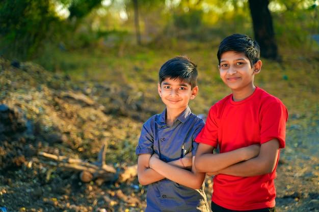 Giovane ritratto rurale indiano dei bambini