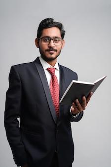 Giovane uomo d'affari di successo indiano