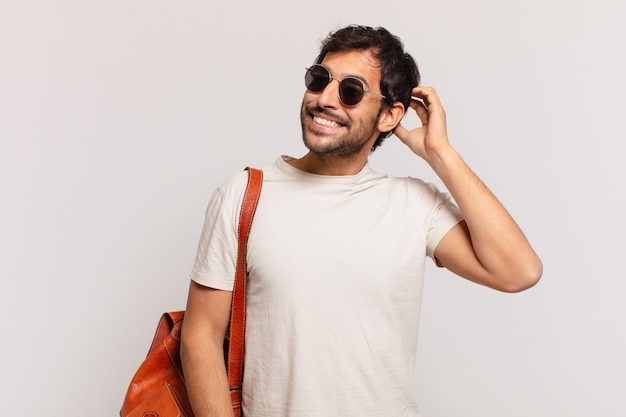 Giovane viaggiatore indiano espressione dubbiosa o incerta