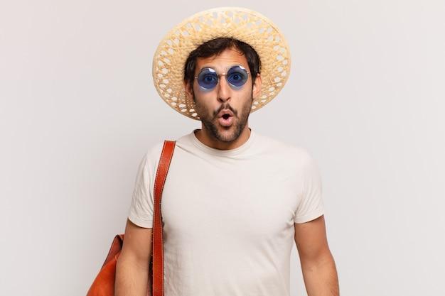 Espressione spaventata dell'uomo giovane viaggiatore indiano