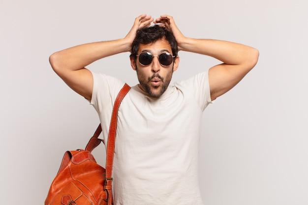 Espressione spaventata del giovane viaggiatore indiano