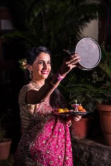 Giovane donna indiana che celebra il festival di karwa chauth