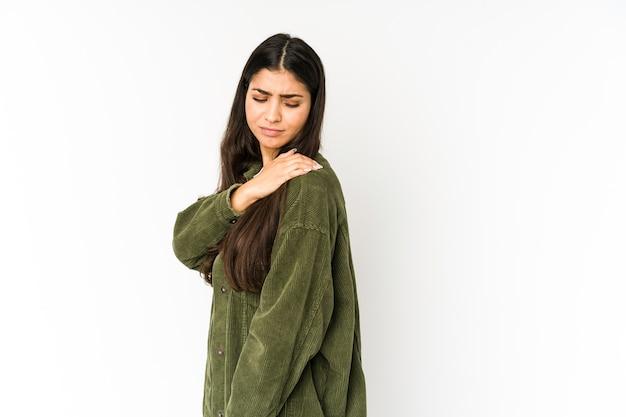 Giovane donna indiana isolata sulla porpora che ha un dolore alla spalla.