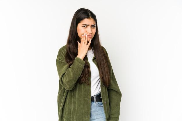 Giovane donna indiana isolata sulla porpora che ha un forte dolore dei denti, dolore molare.