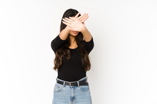 Giovane donna indiana mantenendo due braccia incrociate, concetto di negazione.