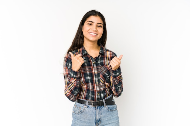 Giovane donna indiana sulla porpora che alza entrambi i pollici in su, sorridente e sicura.