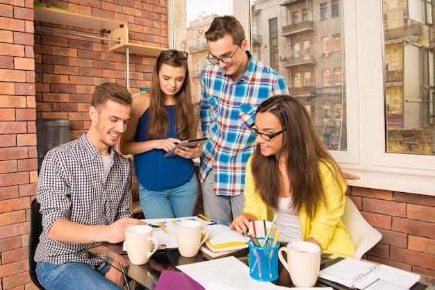 Gruppo di giovani iniziative che lavora con un progetto imprenditoriale