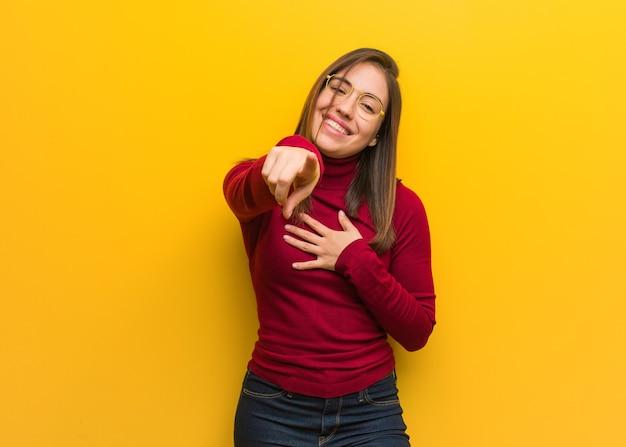 La giovane donna intellettuale sogna di raggiungere obiettivi e scopi