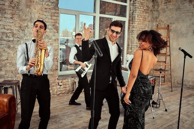 Giovani musicisti internazionali, una band che si esibisce sul palco del loft