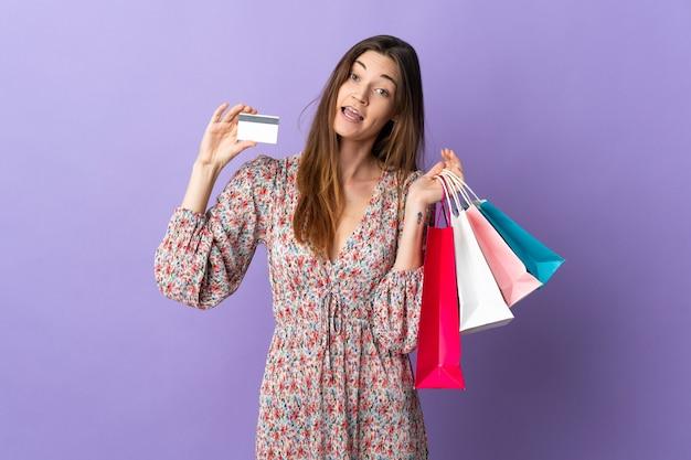 La giovane donna dell'irlanda ha isolato i sacchetti della spesa della tenuta e una carta di credito