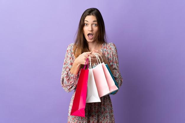La giovane donna dell'irlanda ha isolato i sacchetti della spesa della tenuta e ha sorpreso